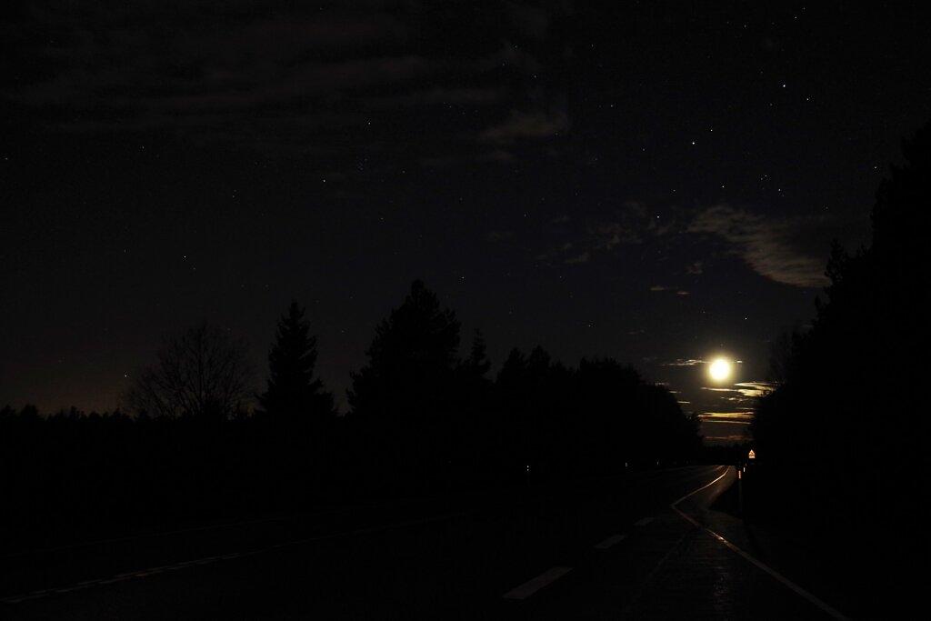 Kuu ja maantee