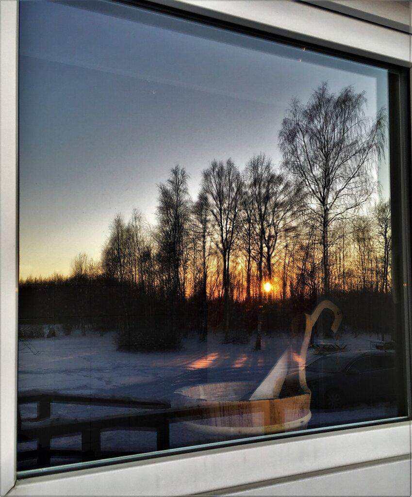 Päikesetõus sauna akna peegeldusest